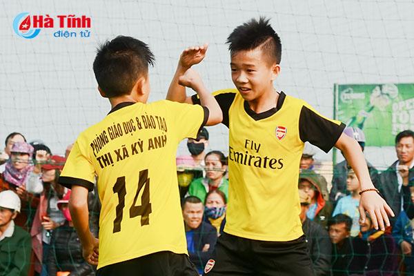 Cậu học trò nghèo Nguyễn Anh Dũng  trường Tiểu học Kỳ Long được hai CLB bóng đá tuyển chọn.